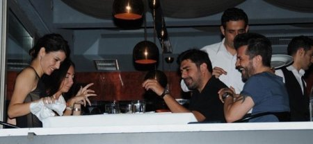 Вчера Берен Саат и Кенан Догулу сидели в ресторане в районе Арнавуткой
