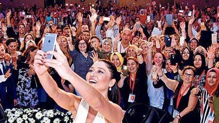 Селфи от Нургюль Йешильчай с тысячной толпой