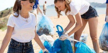 Серенай Сарыкая собрала мусор на пляже
