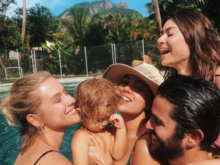 Софи Шарлотт провела день в бассейне в компании сына и друзей