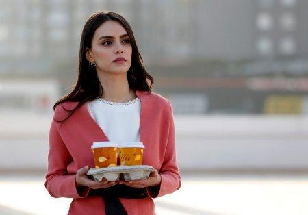 """Чагла Демир в сериале """"Не отпускай мою руку"""""""