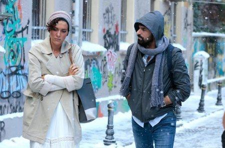 Энгин Акюрек и Бергюзар Корел под снегом летом