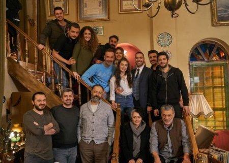"""Неслихан Атагюль устроила сюрприз для Кадира Догулу на съемочной площадке """"Воссоединения"""""""