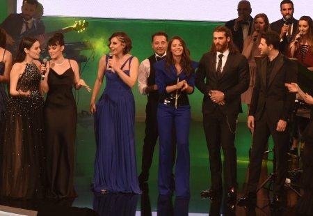 Турецкие звезды спели песни Сезен Аксу на благотворительном концерте