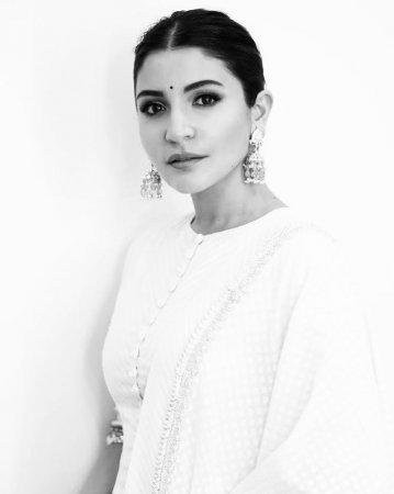 Анушка Шарма поразила всех новыми черно-белыми снимками