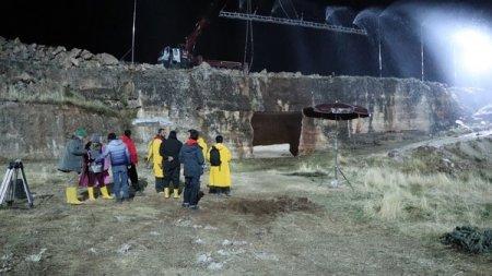 Акын Акынозю и Эбру Шахин 6 часов простояли под дождем