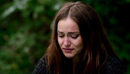 Фахрийе Эвджен вся в слезах, Бурак Озчивит поддерживает ее