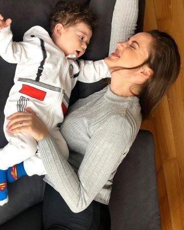 Фахрийе Эвджен и Бурак Озчивит показали своего сына