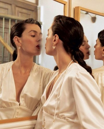 Турецкие актрисы в одном и том же платье