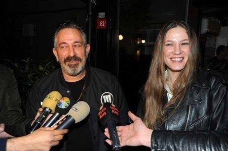 Джем Йылмаз и Серенай Сарыкая не обратили внимания на пожар