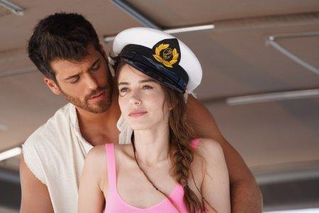 Озгюр и Эзге за штурвалом яхты