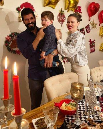 Бурак Озчивит и Фахрийе Эвджен поделились новогодним настроением
